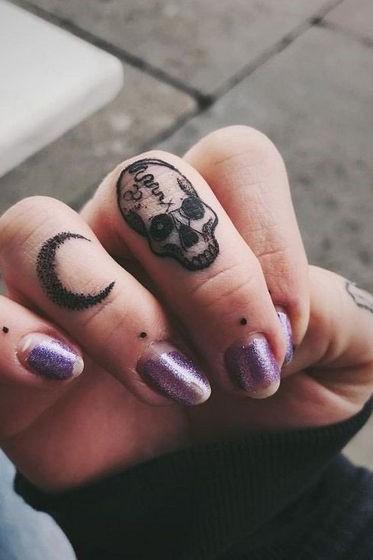 skull tattoo on fingers